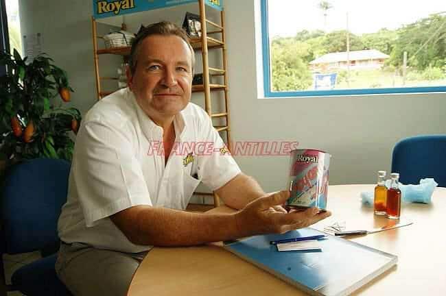 Philippe Vourch, présente un ancien pot d'ananas Royal